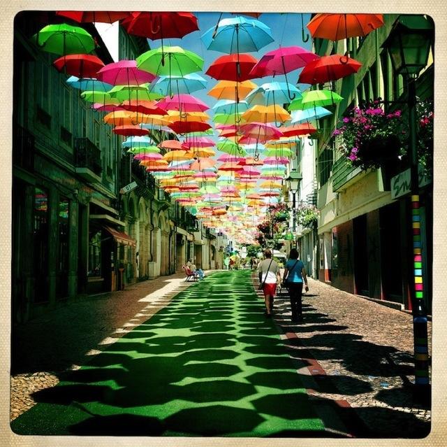 Instalação com guarda chuvas em Portugal