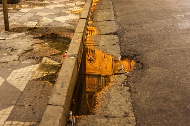Foto poça de água refletindo igreja da praça da Sé